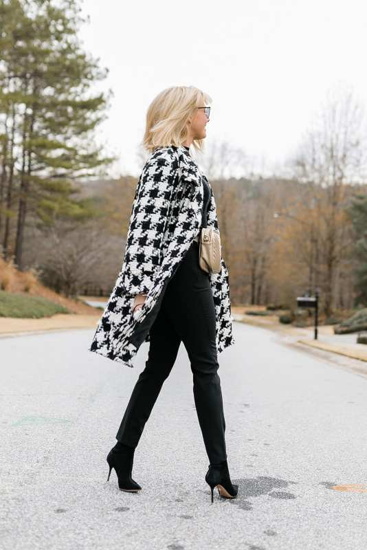 How to wear a belt bag with a coat. This black and white outfit shows how to wear a belt bag underneath a coat to keep your belongings safe while you're out, but not get in the way of rocking a killer houndstooth winter coat!
