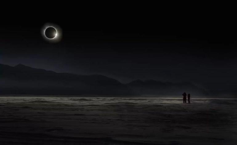 Vladimir Alekseev z Rosji, zdobywca głównej nagrody TPOTY, Zdjęcie zrobione podczas Zaćmienia słońca na norweskiej wyspie SvalbardVladimir Alekseev