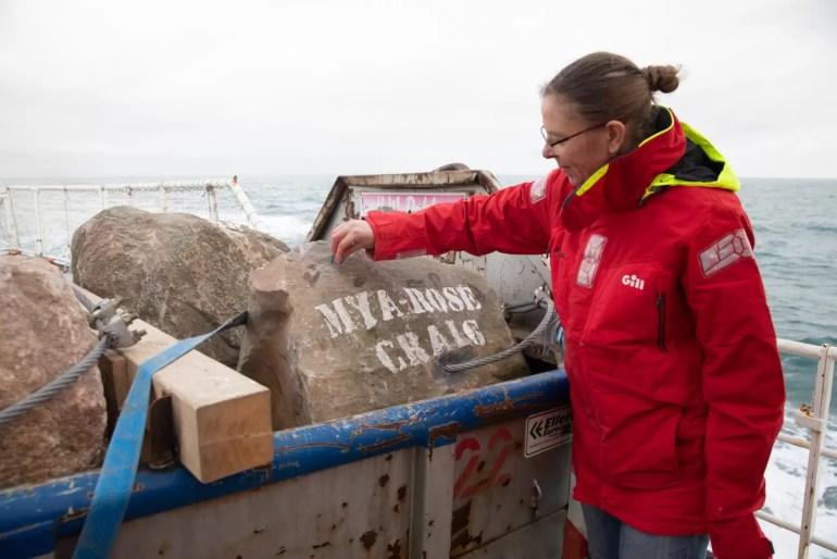 """Uczestnik kampanii maluje kredą """"Mya-Rose Craig"""" na głazie podczas pracy na pokładzie statku Greenpeace Esperanza na kanale La Manche. © Suzanne Plunkett / Greenpeace"""