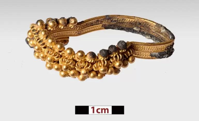 Złoty pierścień wydobyty z wraku podczas poprzednich wykopalisk. Źródło: Ministerstwo Kultury Grecji