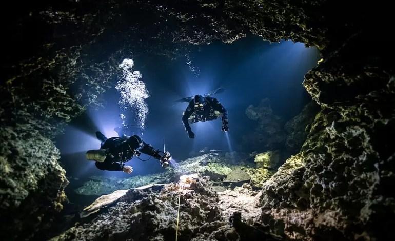 """Najbardziej obiecujący brytyjski fotograf podwodny 2021: """"Tying In"""" SJ Alice Bennett (Meksyk)"""