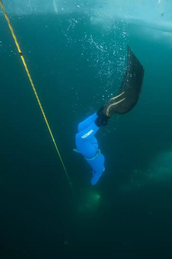 Freediving pod lodem. Rekordowe nurkowanie na jednym oddechu.