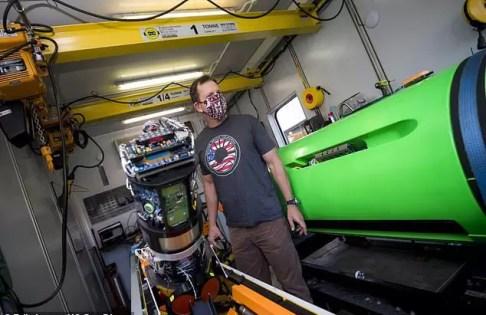 Podwodne pojazdy skanują dno w poszukiwaniu beczek z chemikaliami