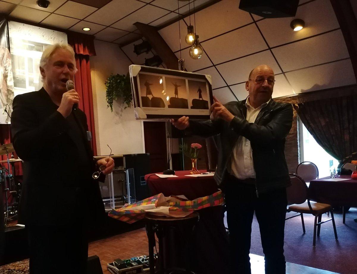 Albert Haar rechts en Lukas Koops links overhandiging cadeau Foto Dries Zwikker
