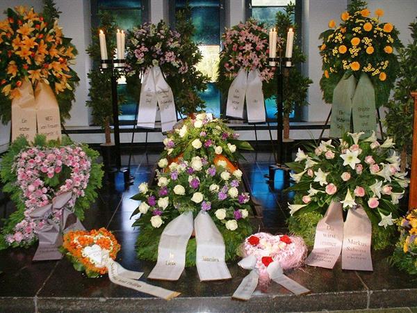 Blumen Kraenze Grabschmuck Trauer Gedenken  BltenZauber