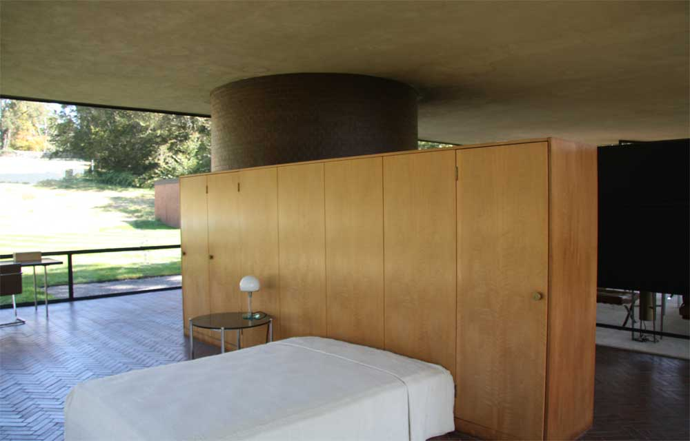 Images of Glass House compound by Philip Johnson