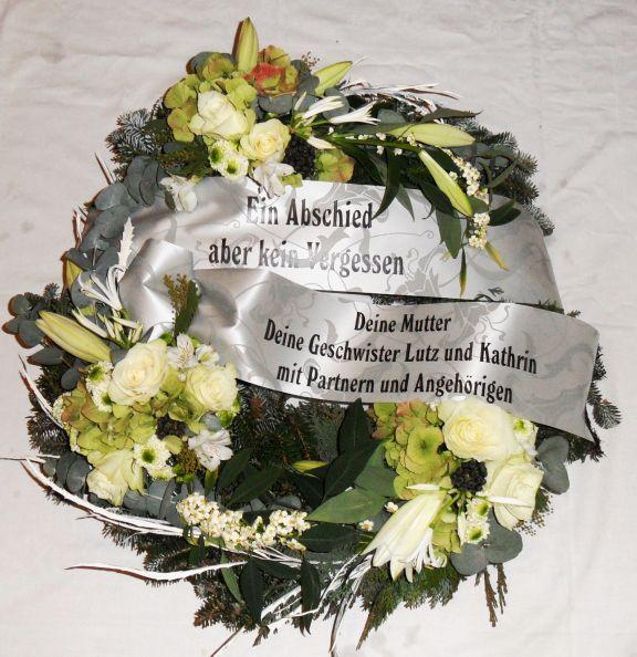 Trauerkranz besonders frisch viele verschiedene Blumen