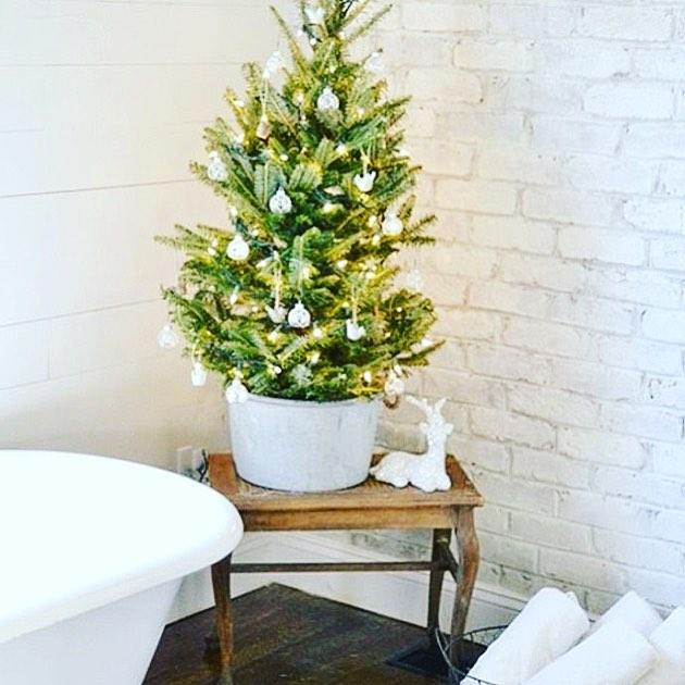 35 Fascinating Bathroom Decor For Christmas Makeover