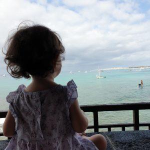 Bebé mirando al mar