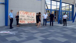 protesta davanti alla lidl