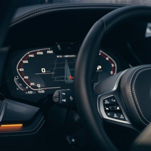 Close-up van het BMW interieur met focus op de instrumentencombi.