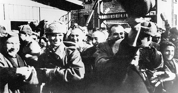 Chegada dos soldados soviéticos a Auschwitz. Foto: Divulgação.