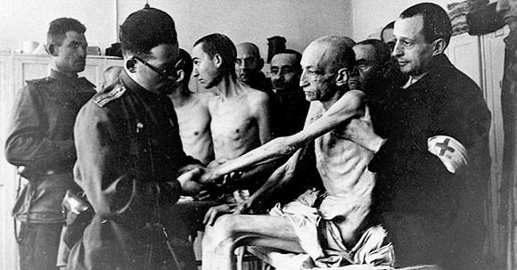 Médicos soviéticos examinam ex-prisioneiro de Auschwitz. Foto: Divulgação