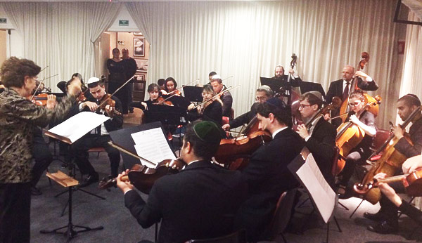 Orquestra Laetare, sob a regência da maestrina Muriel Waldman