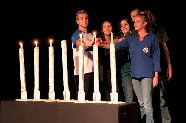 Yom-Hashoa-Jovens-dos-movimentos-juveis-aceneeram-velas