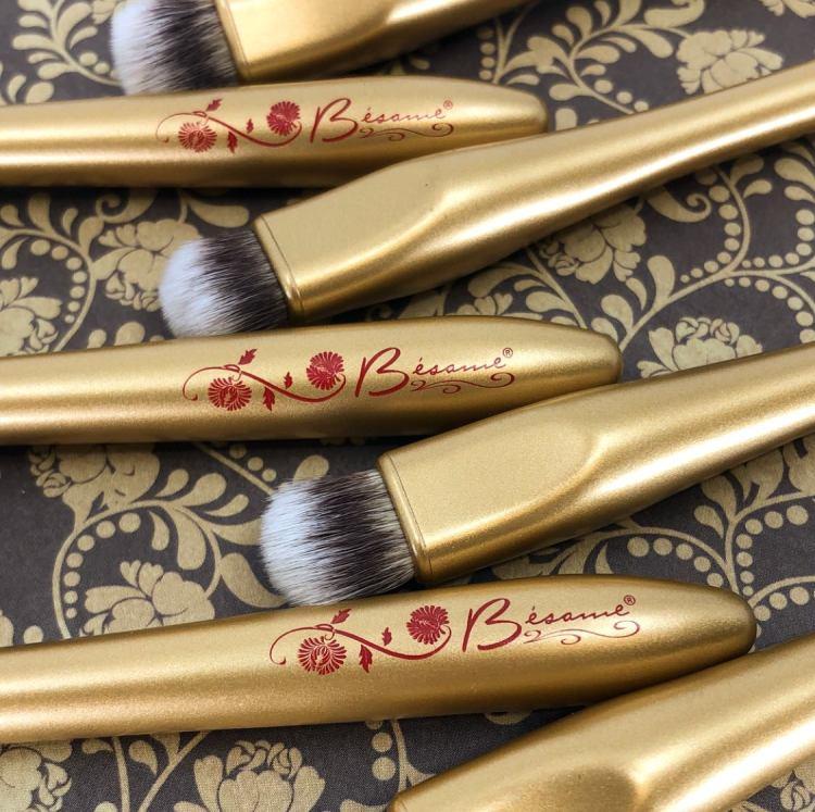 Bésame Cosmetics, un brand di cosmesi che ha fatto del vintage una qualità da esaltare e che ha riportato formulazioni e confezioni di una volta alla ribalta