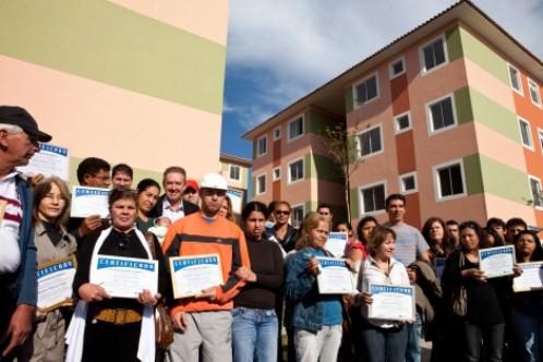 Fruet entrega casas da Cohab Curitiba