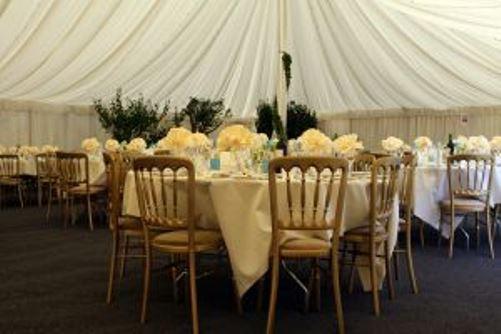 decorar una mesa de banquete de bodas