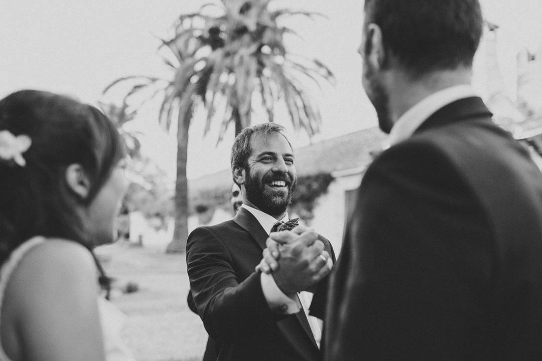 novio-felicitado-por-amigos-www.bodasdecuento.com