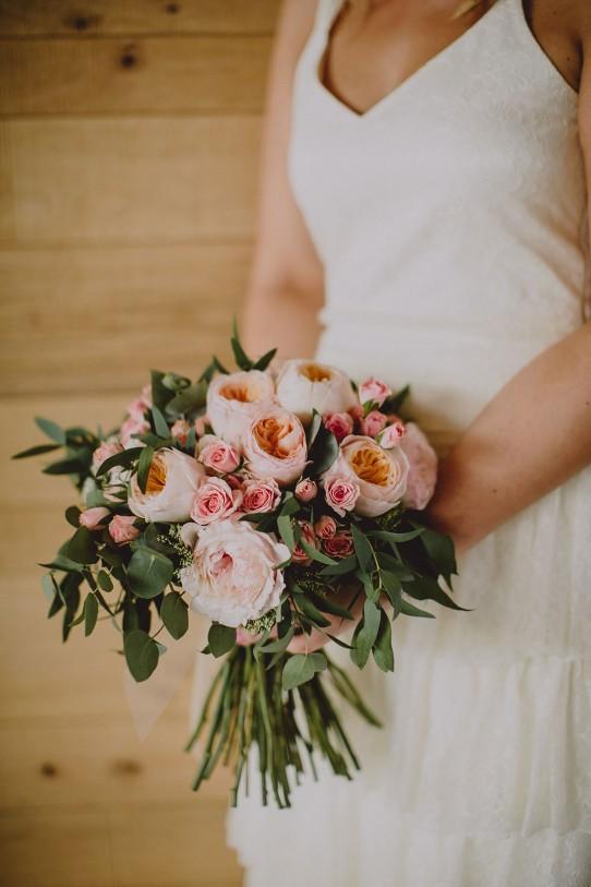 novia con ramo romántico