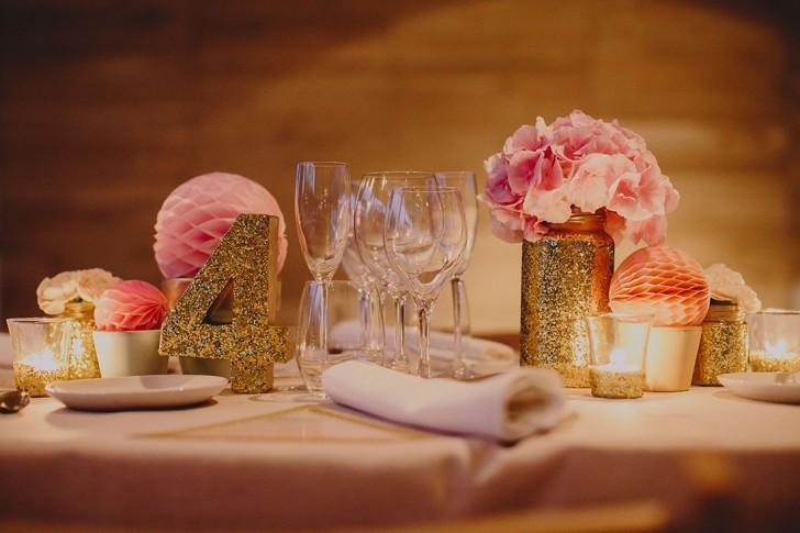 decoración boda con puerpurina dorada y hortensias rosas www.bodasdecuento.com