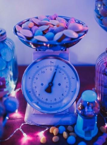 báscula decorando buffet de chucherías www.bodasdecuento.com