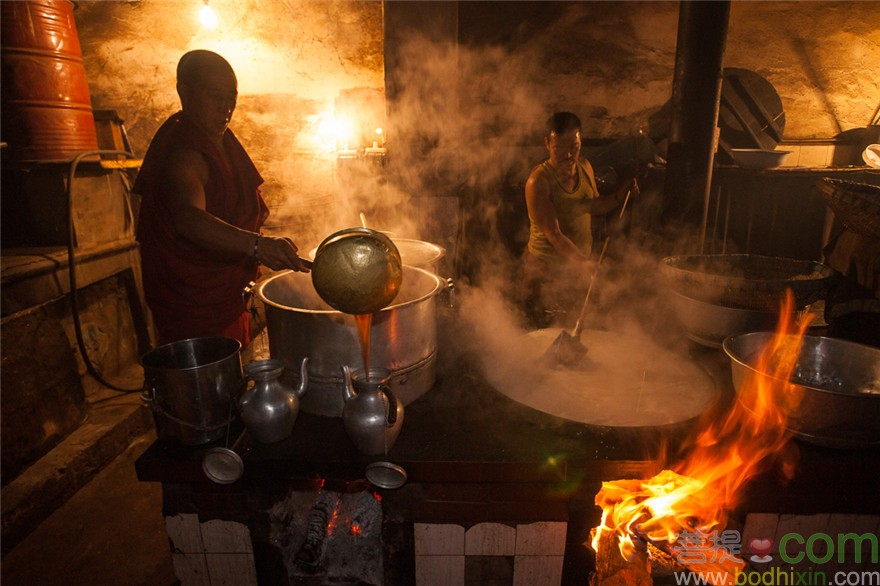 Chamagudao, Tea Horse Road, Ganze monastery is one of the most important in Kham area. Once had over 1000 monks, 50 years ago, now down to 370. Many have fled to India. Gelukpa school. Pics of Ganze Monastery kitchen. Making rice and yak butter tea