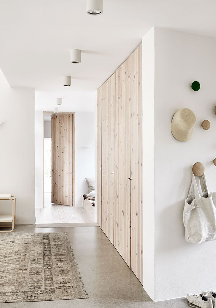 Natural wood & white interior: A Scandinavian home in the countryside | BODIE and FOU