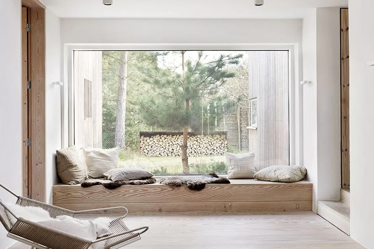 Natural wood & white interior: A Scandinavian home in the countryside