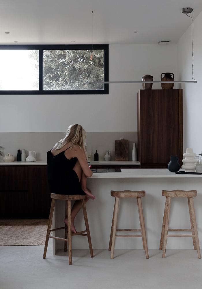 Warm tones kitchen in CASA PYLA