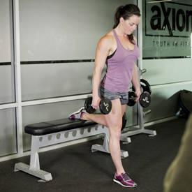 Dividida en cuclillas con pesas de gimnasia