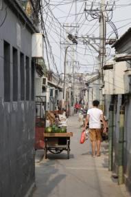 Enge Gasse in Hutong = alte Wohnhöfe (ein Eldorado für Elektriker)