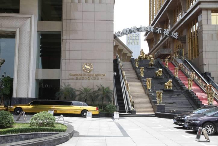 Vor dem Sheraton-Hotel