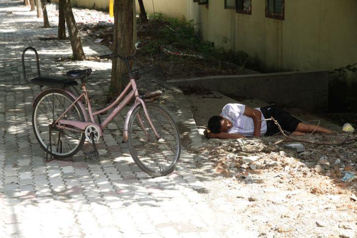 Fahrrad und schlafender Mann