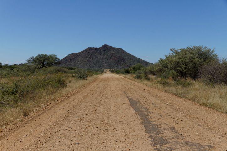 Schotterstraße zum Madikwe Game Reserve