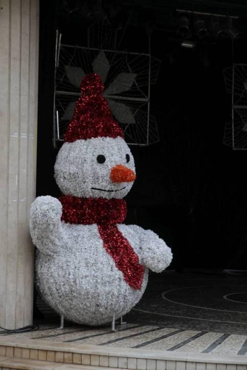 Schneemann aus Plastikschnipseln