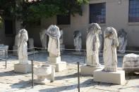 Kopflose Gestalten in Korinth