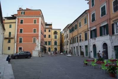 Platz an der Kirche in Carrara