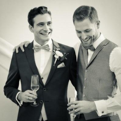 Bräutigam und Trauzeuge im festlichen Anzug
