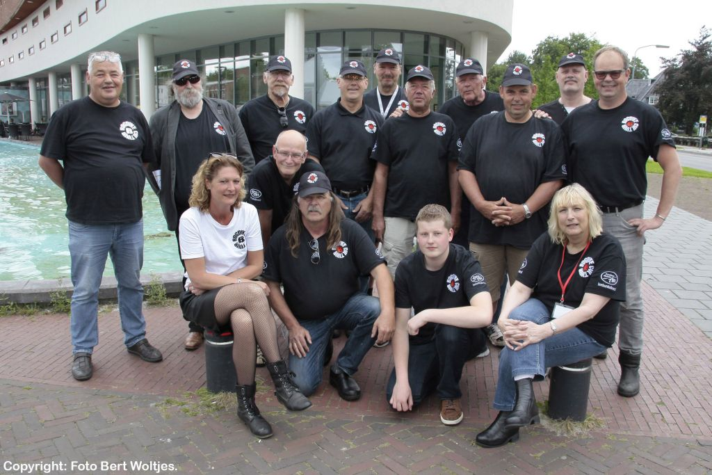Alle vrijwilligers van Bogdike met wijlen Bé Wever in het midden. De Godfather van Bogdike met pet en karakteristieke wilde baard overleed begin 2017.