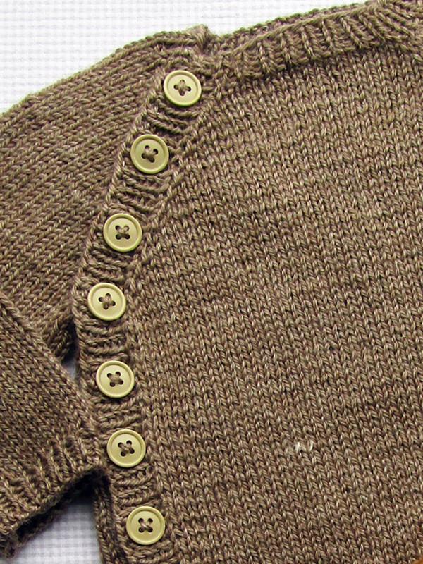 Babytrøje med skrålukning fra Onion Knit
