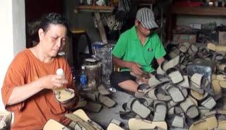314926_pengrajin-sandal-mendong_663_382