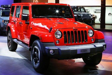 Jeep-Wrangler-Hybrid-merah-depan