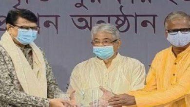 Photo of ফজলুল হক স্মৃতি পুরস্কার পেলেন আলমগীর-দীপেনের হাতে