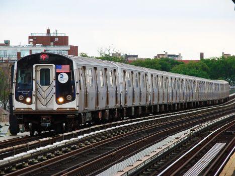 MTA_NYC_Subway_F_train_arriving_at_Avenue_P
