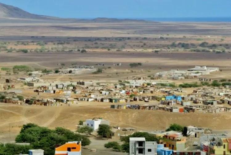 Sloppenwijken op het eiland Sal in Kaapverdië