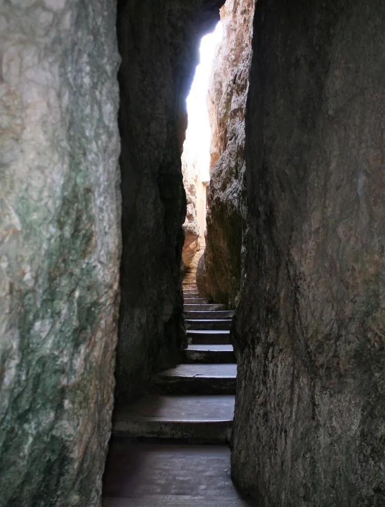 La Montagna Spaccata en La Grotta Del Turco in Gaeta