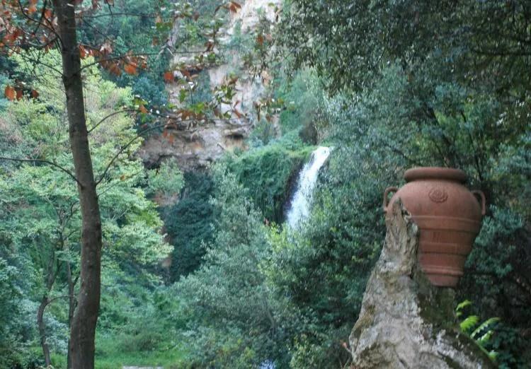 Watervallen in het park Villa Gregoriana in Tivoli