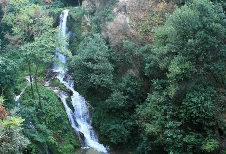 Waterval in het park Villa Gregoriana in Tivoli