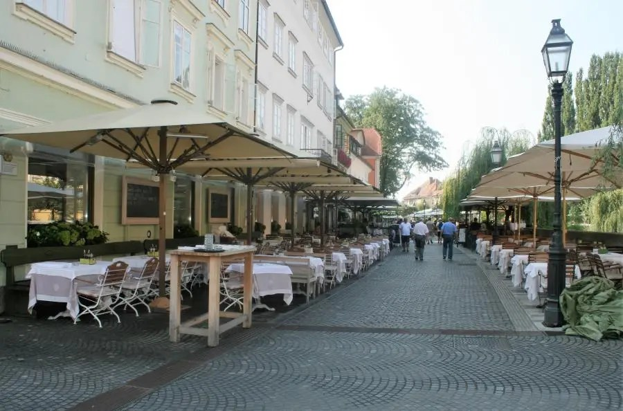 Restaurantjes langs de rivier in Ljubljana